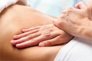 Therapeutische Frauen-Massag am Bauch einer Frau durch eine Heilpraktikerin